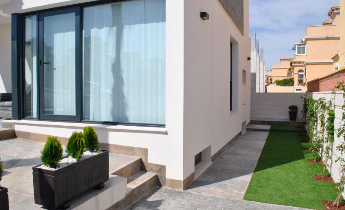 Trendy Chambres Villa Vendre Calle Mio Salles De Bain With - Salle ...